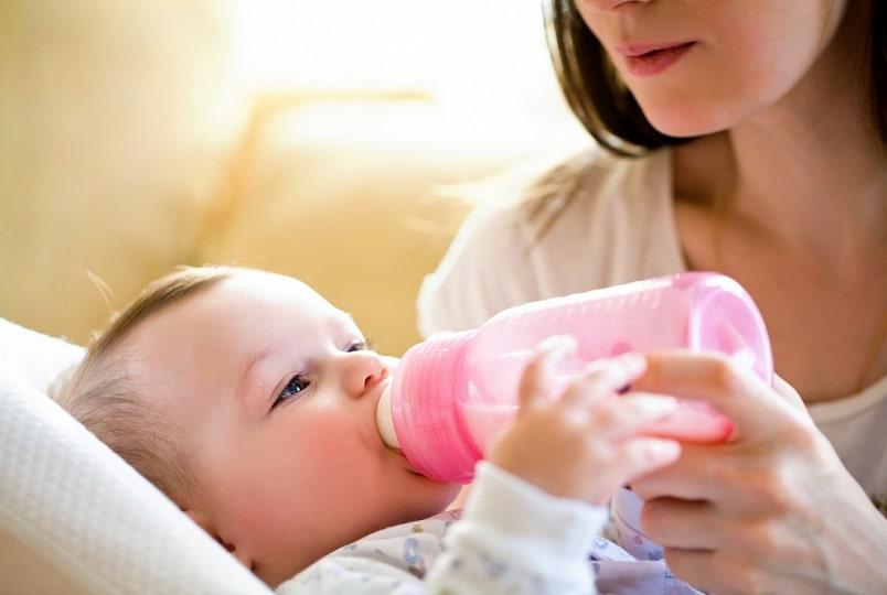 кормление ребенка с бутылочки няней